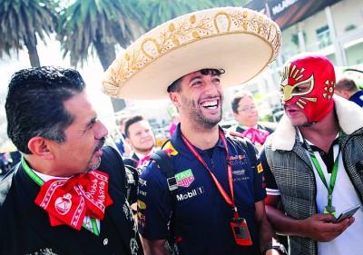 戴上传统墨西哥帽子的红牛队里卡多(中)笑得很开心。