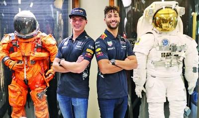 吉祥牛车队车手里卡多(右2)同维斯塔潘(左2)看美国国家航空航天局(NASA)。