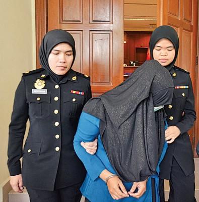 女警曹被控上米都地庭时以头巾掩脸避开镜头。