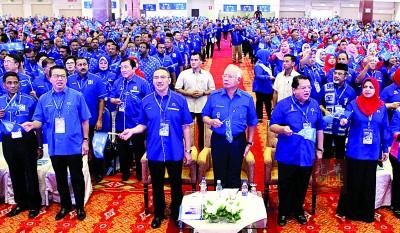 苏巴玛廉(左起)、廖中莱、黄家泉、希山慕丁、纳吉、东姑安南及莎丽扎出席国阵第14届大选竞选机制闭门汇报会 。