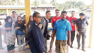 失踪者家属万分焦急在港口等待,他们祈祷亲人安全归来。