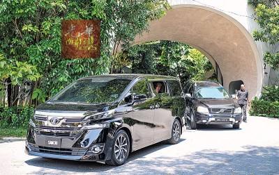 副首相拿督斯里阿末扎希前往丧府,瞻仰丹斯里杨忠礼遗容。