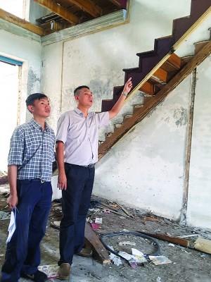 林瑞木(右)投诉三条路老屋一片狼藉的处境。