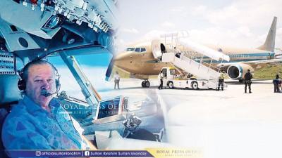 """陛下驾驶专机""""黄金飞机""""翱翔天际,从曼谷返抵士乃。(图取自柔苏丹脸书)"""