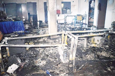 被烧毁的建筑物顶楼内部。