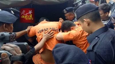 海军命案其中2名被告面控后被警方押走。
