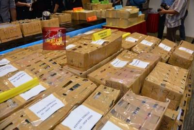 警方起获的盗版光碟堆积如山。