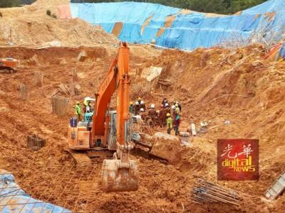 搜救队正在进行挖掘工作,以将第7个死者的遗体挖出来。
