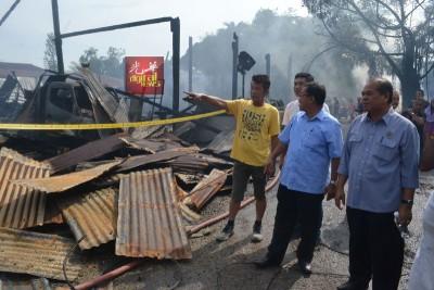 灾民尤方德(左起)向阿兹米、桑末沙哈讲述灾情。