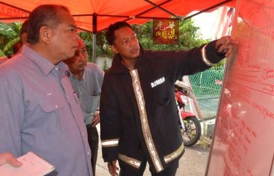那西尔(右起)向桑末沙哈当汇报灾情。