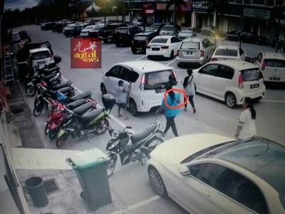 1家4口被发现迅速乘着一辆汽车逃走。