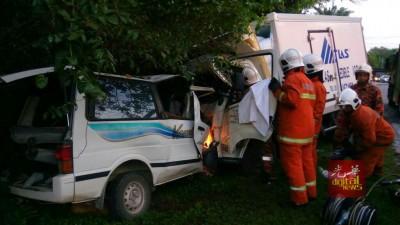 客货车与载冰罗里迎面相撞,客货车内9人不幸当场身亡。