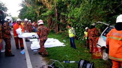 消拯人员协助将死者遗体移出车外送往医院太平间。