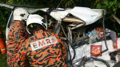 两车迎面相撞后,消拯人员赶往现场展开协助。