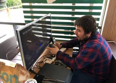 克莱顿以快餐店内自游戏机。