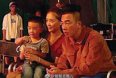 陈小春(右)、应采儿及儿子Jasper因《爸爸去哪儿5》人气冲顶。