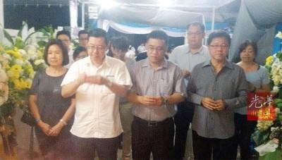 林冠英(左2)、周玉清(左起)、黄汉伟以及黄泉安等人口以翁书福丧府上香拜祭。