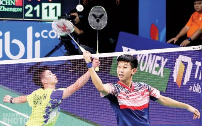 梁峻豪(右)戰下政泽邪在网前踊跃攻防。