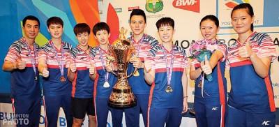 外国队完成世青羽混折集团赛卫冕,捧起苏汉迪纳塔杯庆祝。