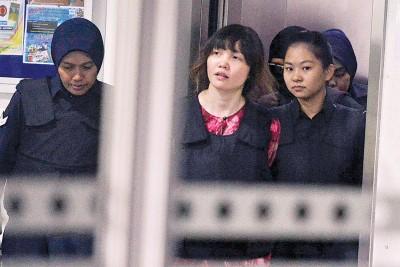 被告段氏香每次出庭都必须身穿避弹衣,在警员保护下进出法庭。