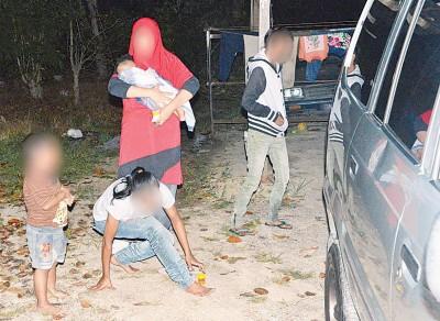 3个月大的男婴和吸毒母亲一起被带回反毒机构办事处,以接受调查。