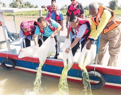 左起诺拉莎、莫哈最终尤索、沙欧洲杯买球网址及阿末接受哇威将鱼苗放入河流。