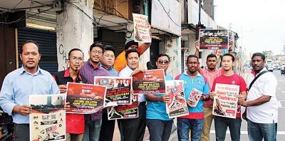 阿菲夫(左5)和胡佑强(左4)在光大派发传单呼吁民众支持了来临的集会。
