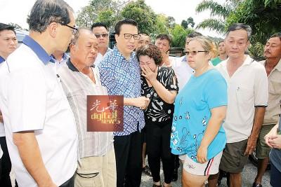 廖中莱(左3)在马汉顺(左1)等人陪同下抵达车祸死者黄玉英的丧府慰问死者家属。