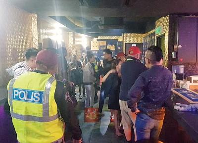 警方凌晨突击夜店,逮捕49人归案助查。