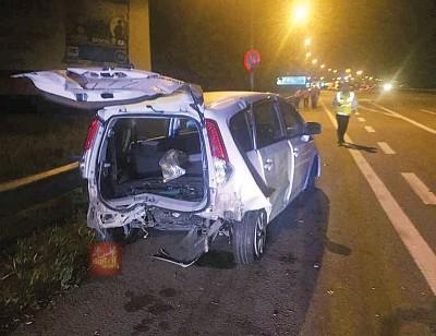 死者生前驾驶的轿车尾部受到重创。