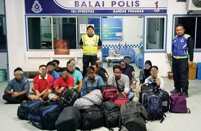 15名印尼籍偷渡客被水警逮捕。