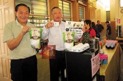 马兴松(右)以及马兴华哥俩为马广济杏仁产品由广告,盼望大家多支持,连捐助公益。