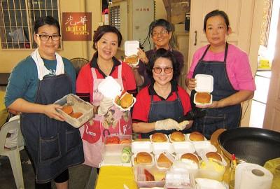 将汀陈广年(以者)的同它的汉堡包团队。