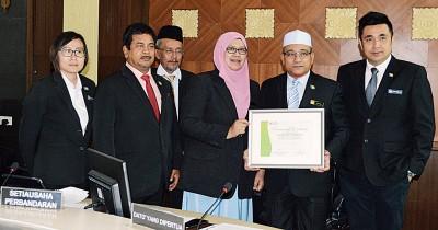 威省市政局获得低碳城市临时证书,右起为方美铼、罗查理及罗斯娜妮。