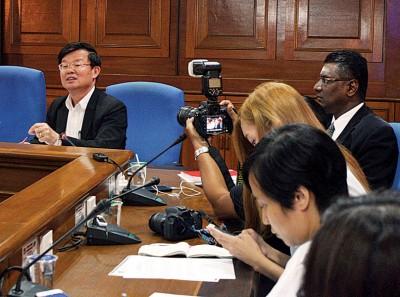 曹观友向记者解释批准发展程序来龙去脉。