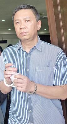 被告周有德(译音)被控11项失信罪不认罪。