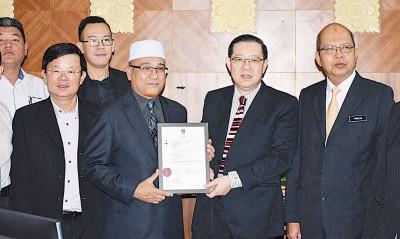法力占(右起)、林冠英、罗查里、曹观友以及市议员分享获颁认证的喜欢。