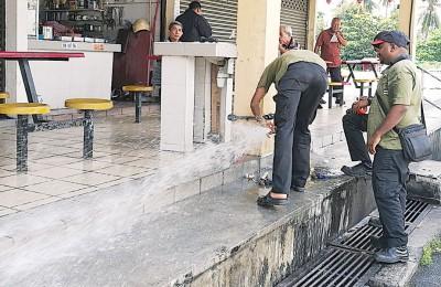 工作人员暂时封锁水喉,以免水源白白流失。