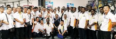 槟州社险机构职员与槟城的士司机交流及合照。
