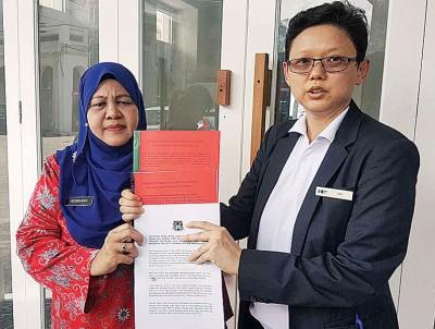 洪敏芝(右)与诺奥哈妮斯在记者会上出示新加坡业主的翻新申请和内容计划书,强调有关老屋非充作酒店用途。