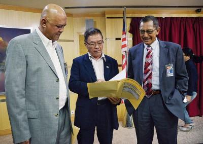 林峰成与Zenith财团主席丹斯里卡立(右)及高级执行董事拿督再鲁阿末在新闻发布会上商议计划。