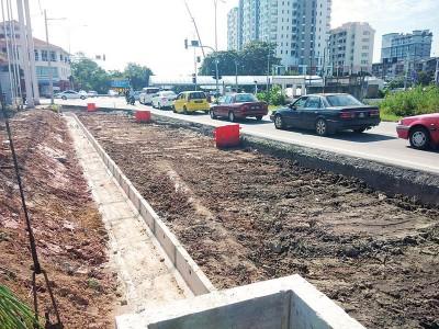北海甘榜巴也路衔接拉惹乌达路路段提升工程目前已开始施工。