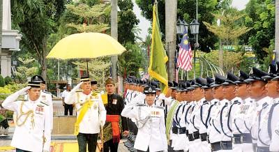 霹雳州苏丹纳兹林沙殿下在2017年霹雳州英雄日庆典上主持检阅仪式。