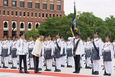 纳吉出席在布城英雄广场举行的检阅军旗仪式,向军旗致敬。