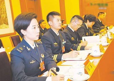 解放军代表团分组讨论习近平的政治报告。