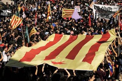 专家警告称,加泰隆尼亚独立运动引发的紧张局势,有可能扩大成第2场西班牙内战。(法新社照片)