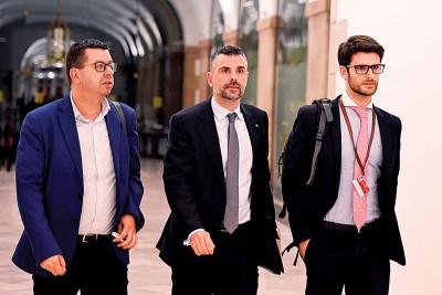 加泰隆尼亚商业部长维拉(中)周四宣布辞职。(法新社照片)