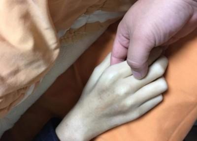 """杨女乘当时握着弟弟手,轻声告诉对方""""转害怕,接着光走就哼""""。(网上图片)"""