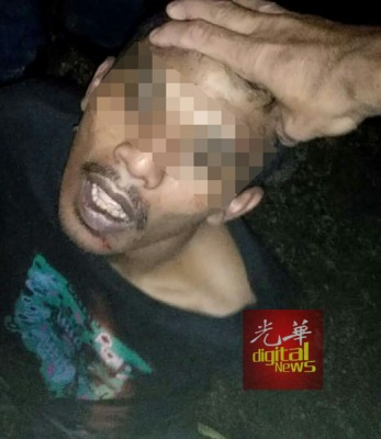 失手被捕的抢匪,已交由警方带走。