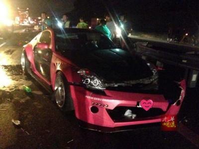 """""""淑女""""跑车从汽车运输车上掉下,引发涉及5辆交通工具的车祸。"""